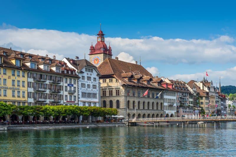 Mening aan het Stadhuis over de Reuss-rivier in Luzerne, Switzerla stock foto's