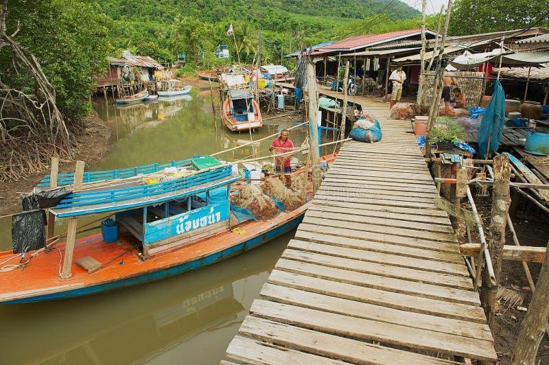 Mening aan het vissers` s dorp met stelt woonhuizen en vissersboten in Koh Chang, Thailand stock afbeeldingen