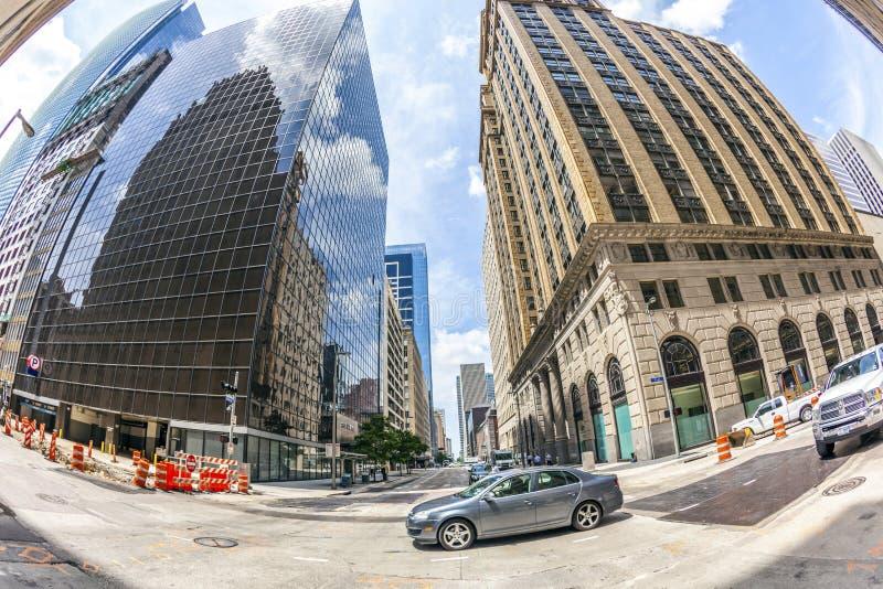 Mening aan historische en moderne wolkenkrabber in Houston van de binnenstad stock fotografie