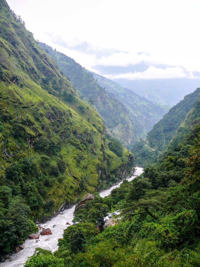 Mening aan Marsyangdi-rivier van Chyamche - Nepal stock afbeeldingen