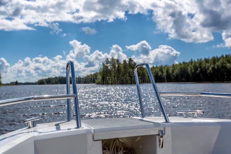 Mening aan meerlandschap van motorboot met details van boot royalty-vrije stock afbeelding