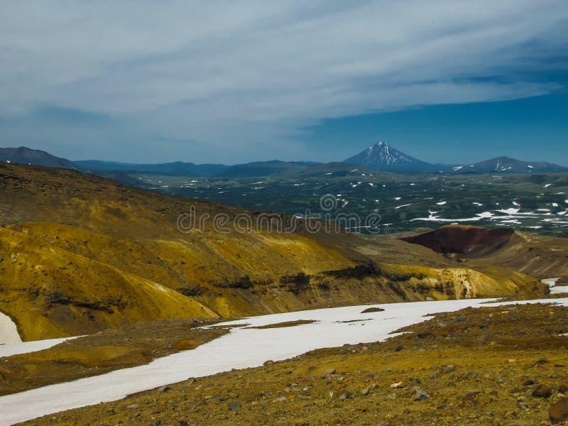 Mening aan Viluchinsky-vulkaan van caldera Mutnovsky, het schiereiland Rusland van Kamchatka stock afbeeldingen