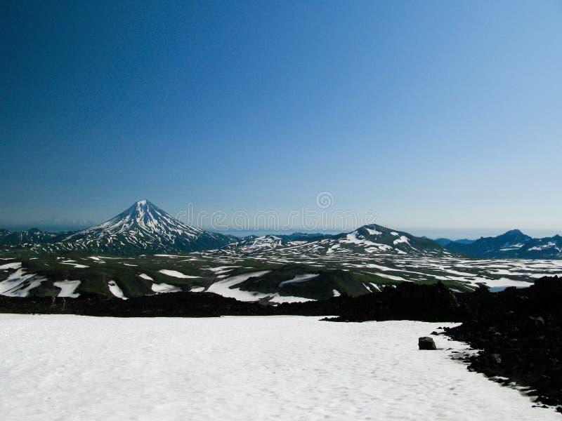 Mening aan Viluchinsky-vulkaan van de caldera van Mutnovsky, het schiereiland van Kamchatka, Rusland stock fotografie