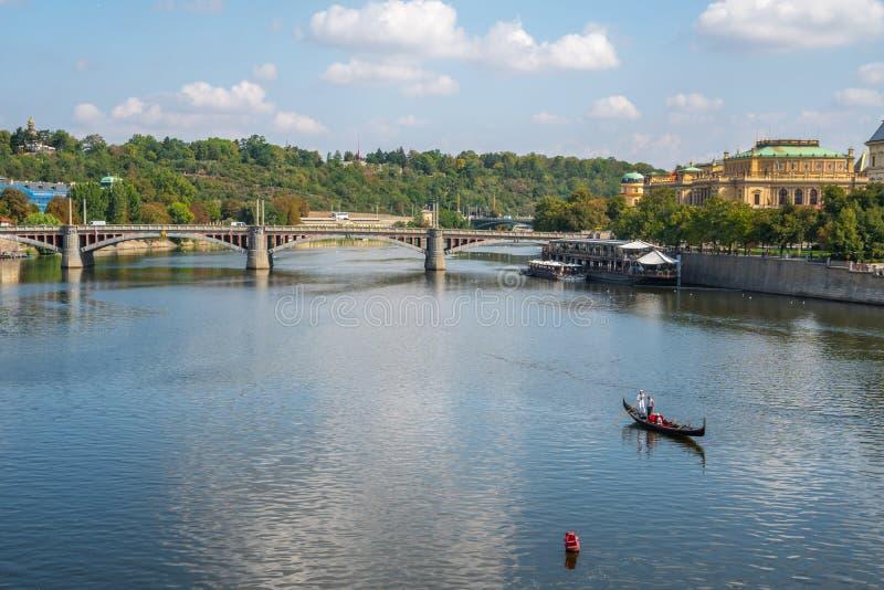Mening aan Vitava-rivier van Charles Bridge in Praag, mooie su royalty-vrije stock afbeelding