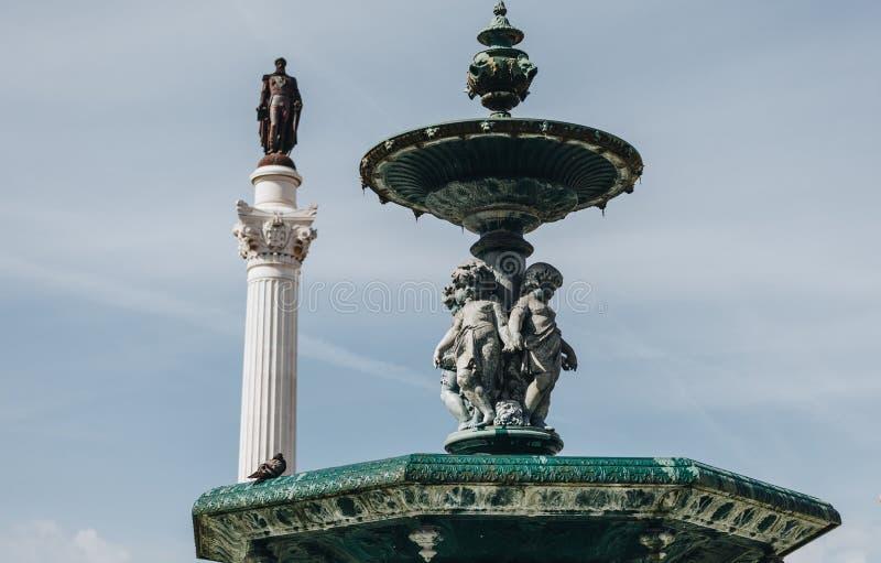 Mening als de bronsfontein in barokke stijl in Rossio Vierkant Lissabon, Portugal stock afbeelding