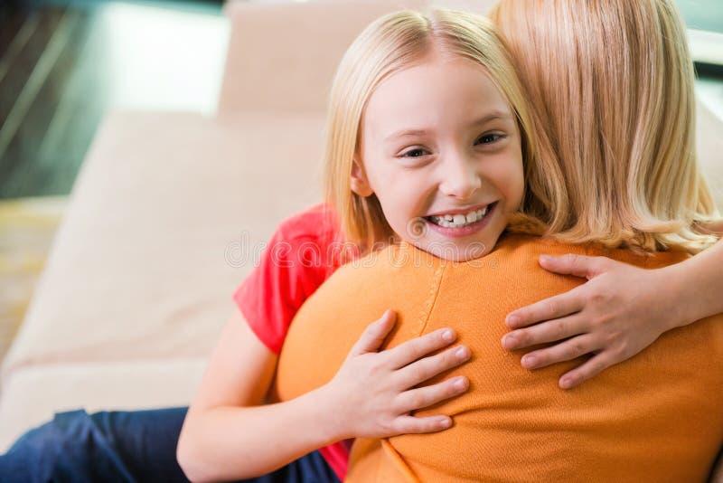 Mening av den så lyckliga near mamman fotografering för bildbyråer