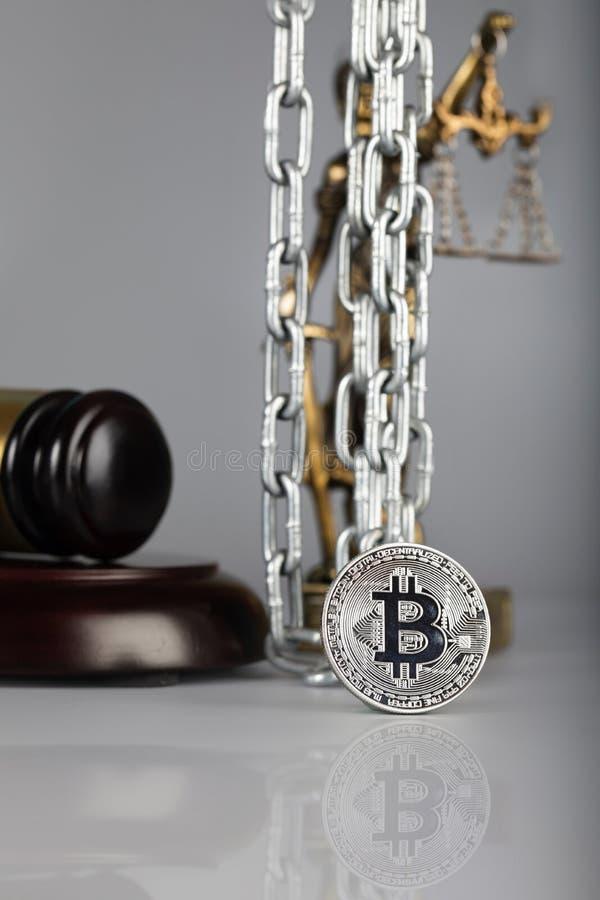 Mening bij bitcoin Standbeeld van Themis op de achtergrond royalty-vrije stock foto