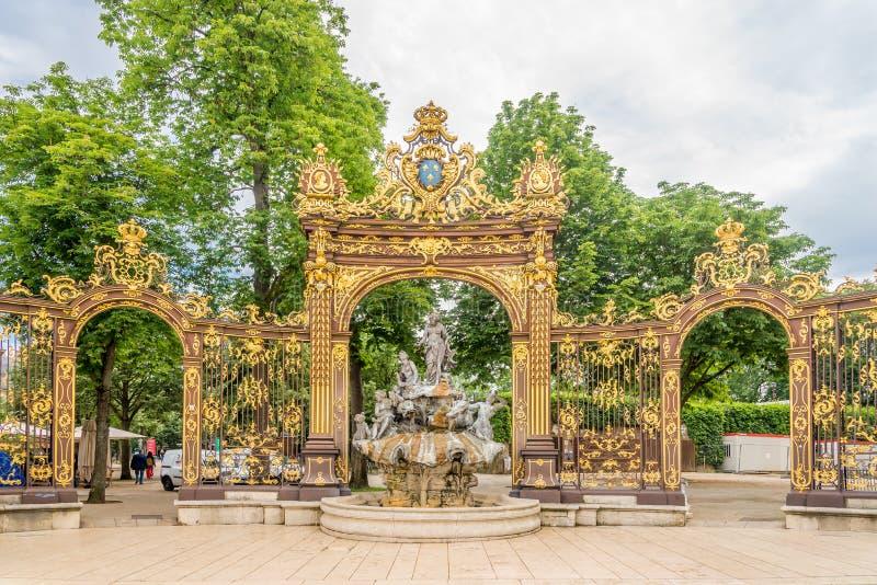 Mening bij de Amphitrite-fontein op de Stanislas plaats in Nancy - Frankrijk royalty-vrije stock foto's