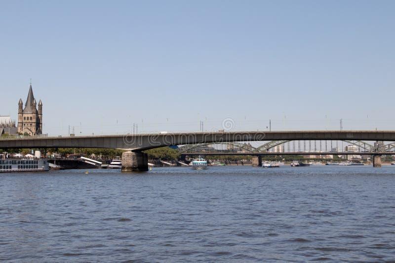 Mening bij de bruggen en de basiliek bij de Rijn-rivier in Keulen Duitsland stock foto