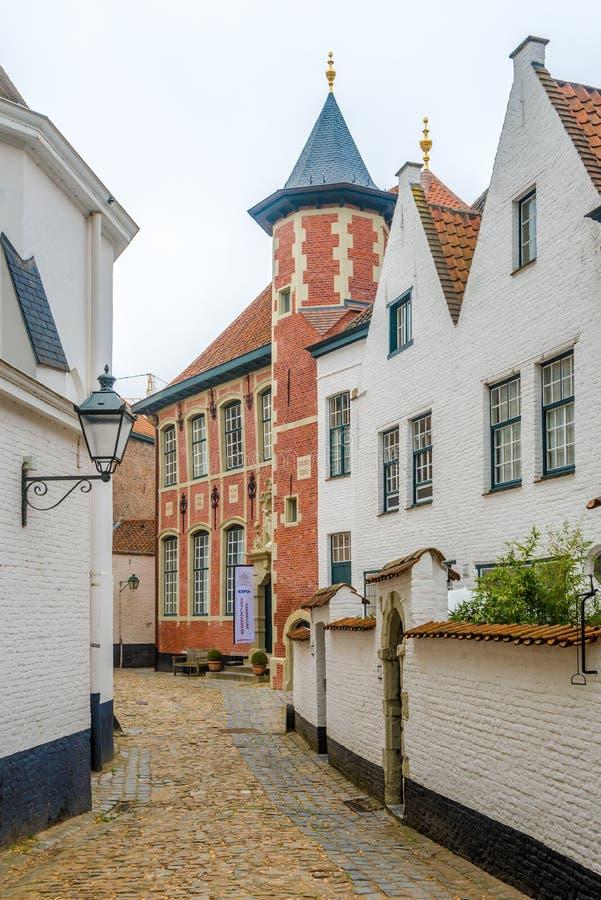Mening bij de gebouwen van Beguinages-klooster in Kotrijk - België stock fotografie