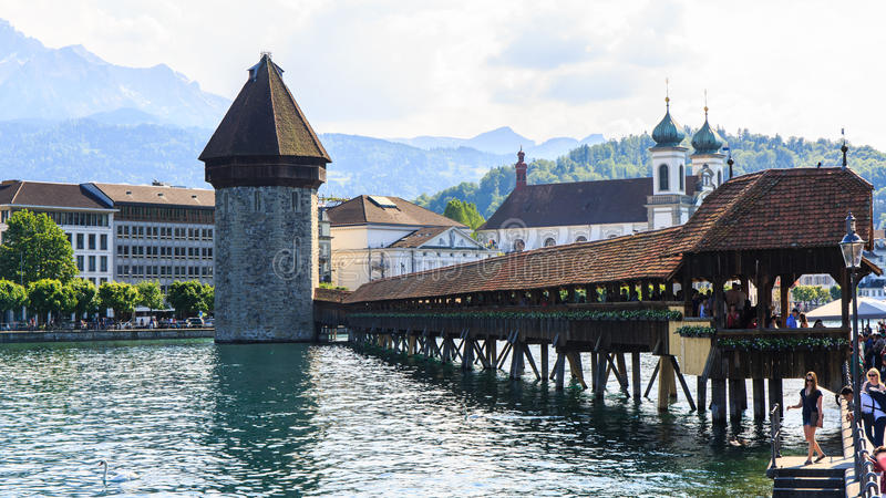 Mening bij de Kapelbrug over Reuss-rivier in Luzern Luzerne royalty-vrije stock fotografie