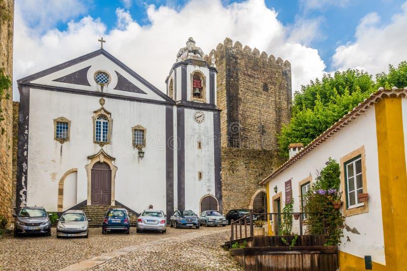 Mening bij de kerk van Santiago in straten van Obidos - Portugal stock foto