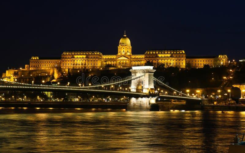 Mening bij de mooie verlichte bouw in Boedapest royalty-vrije stock foto