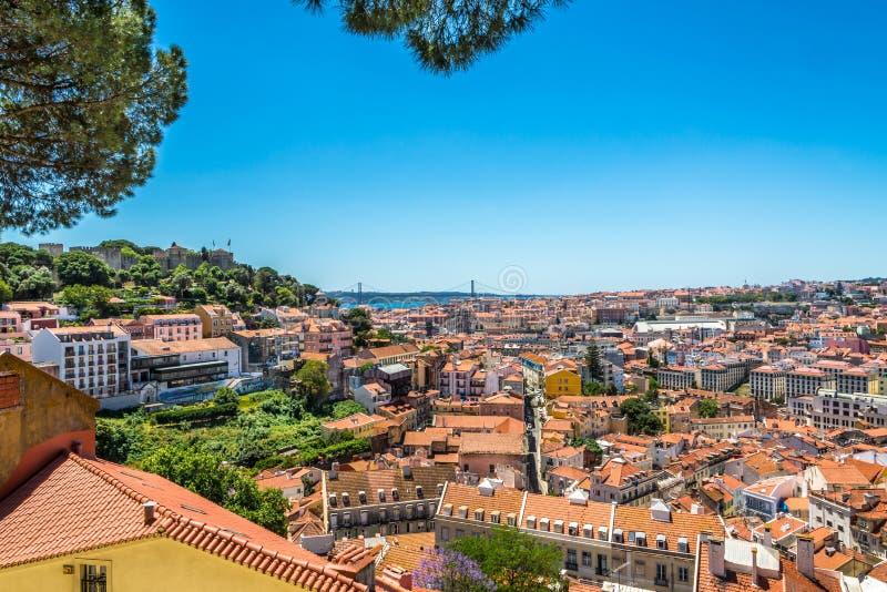 Mening bij de stad vanuit gezichtspunt dichtbij kerk DA Graca in Lissabon, Portugal stock afbeeldingen