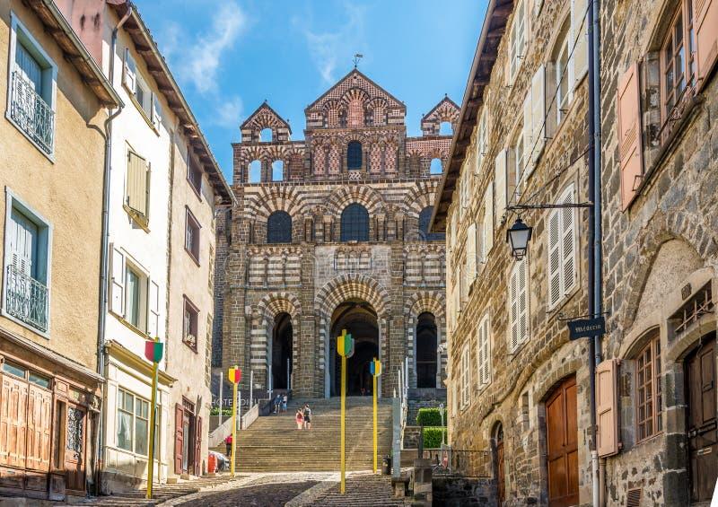 Mening bij de voorgevel van kathedraal Notre Dame de Puy in Le Puy Engelse Velay - Frankrijk stock afbeelding