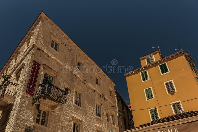 Mening bij mediterrane straten en huizen in stad Sibenik, stock afbeeldingen
