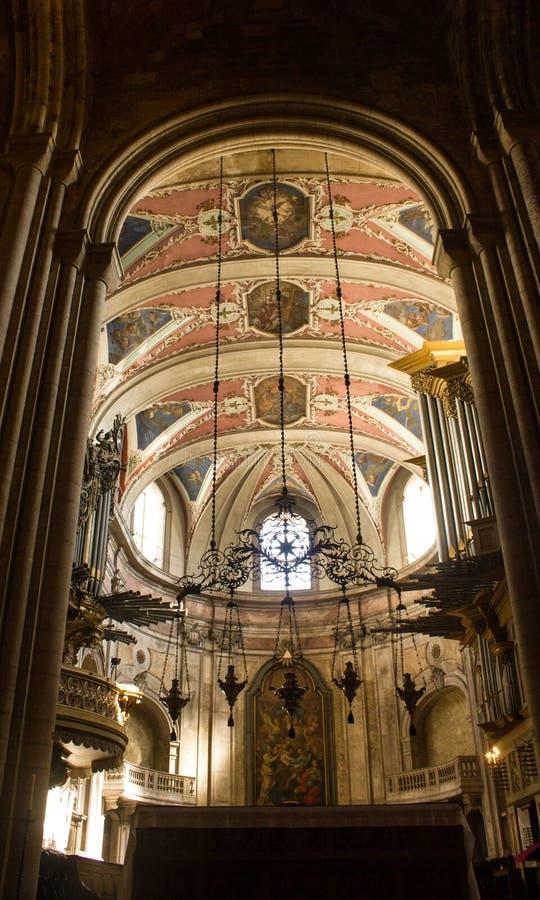Mening binnen de Kathedraal van Lissabon: het koor en drie orgaanpijpen royalty-vrije stock afbeelding