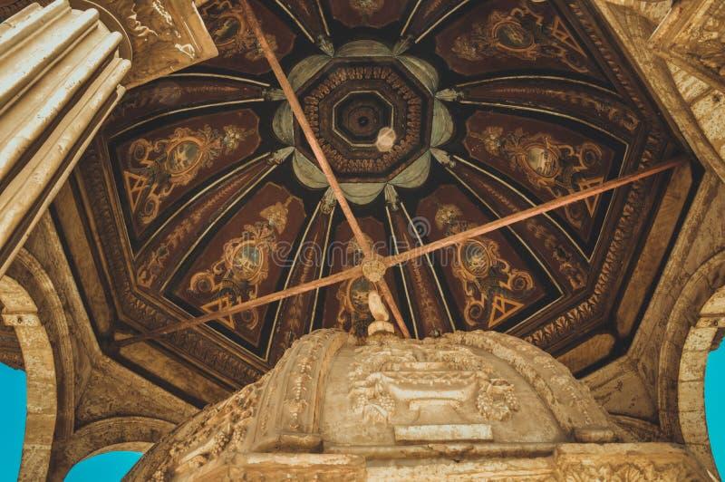 mening binnen oude moskee in Kaïro, Egypte stock afbeeldingen