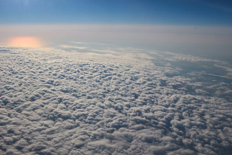 Mening boven de aarde bij de hieronder wolken royalty-vrije stock foto