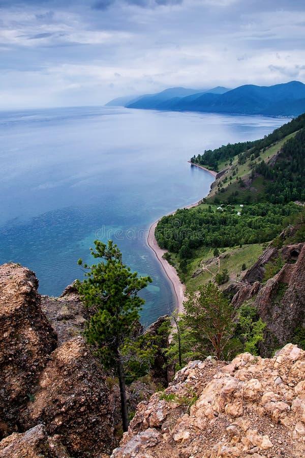 Mening boven groot mooi meer, het meer van Baikal, Rusland stock afbeelding