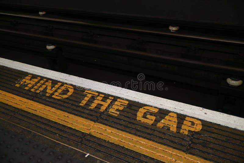 `-Mening det Gap `-tecknet som lokaliseras i den London tunnelbanan arkivfoton