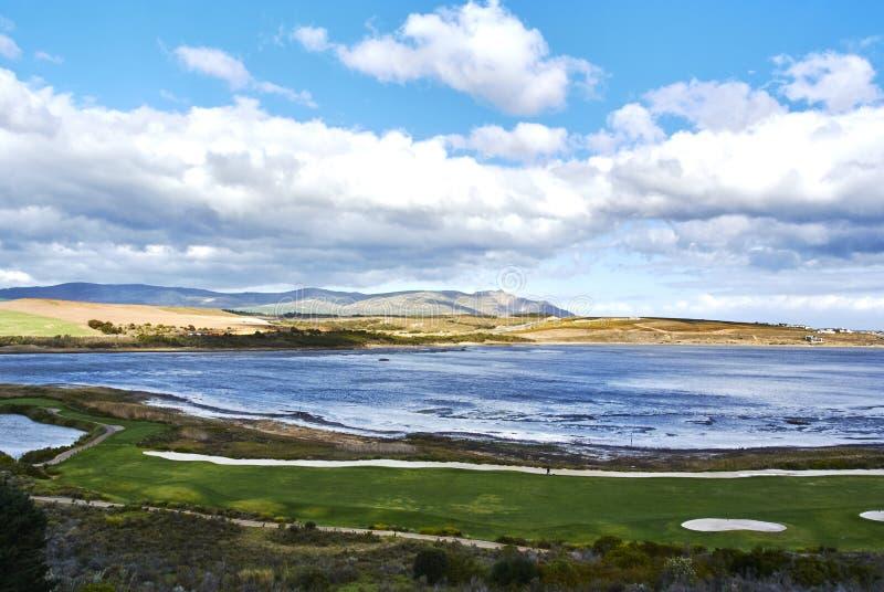 Mening die van Botrivier-Lagune arabella van de golfcursus en mo overzien stock afbeelding