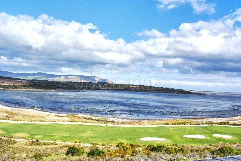 Mening die van Botrivier-Lagune arabella van de golfcursus en mo overzien royalty-vrije stock foto