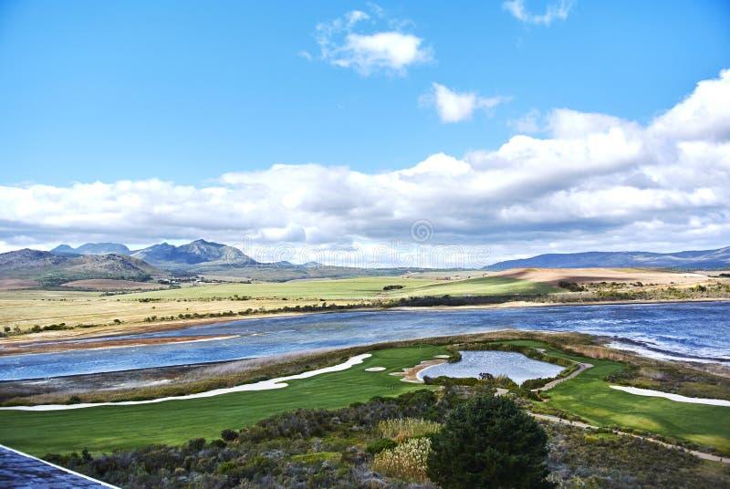 Mening die van Botrivier-Lagune arabella van de golfcursus en mo overzien royalty-vrije stock afbeeldingen