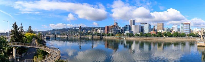 Mening die van Portland, Oregon de willametterivier overzien royalty-vrije stock afbeeldingen