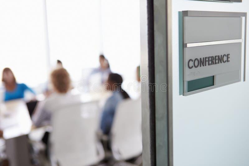 Mening door Deur van Conferentiezaal aan Commerciële Vergadering stock afbeelding