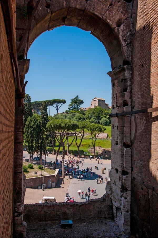 Mening door een boog van Colosseum stock afbeeldingen