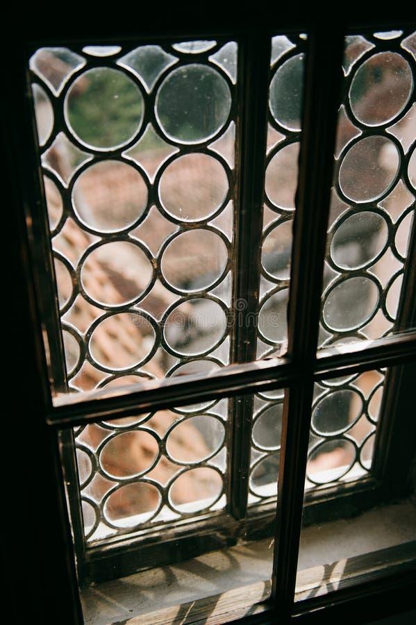 Mening door een oud uitstekend venster royalty-vrije stock afbeeldingen