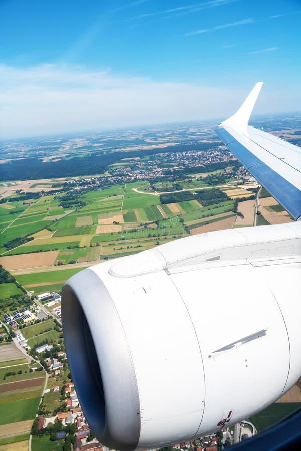 Mening door een vliegtuigvenster royalty-vrije stock foto's