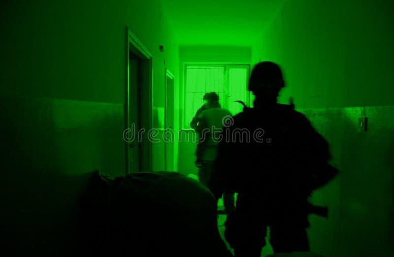 Mening door het apparaat van de nachtvisie. Militaire exe stock afbeelding
