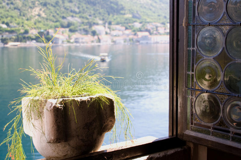 Mening door het venster royalty-vrije stock afbeelding