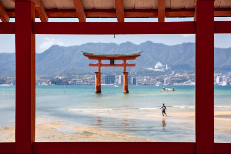 Mening door houtconstructies bij de toriipoort van Itsukushima-Heiligdom in Miyajima-eiland, Hiroshima, Japan Vage eb, royalty-vrije stock foto