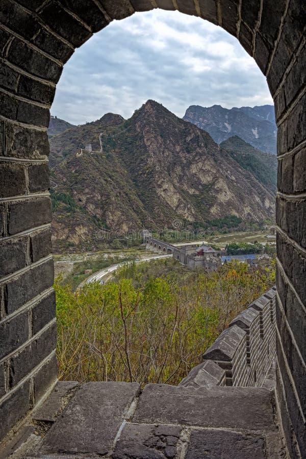 Mening door Overspannen Venster bij Grote Muur van China royalty-vrije stock foto