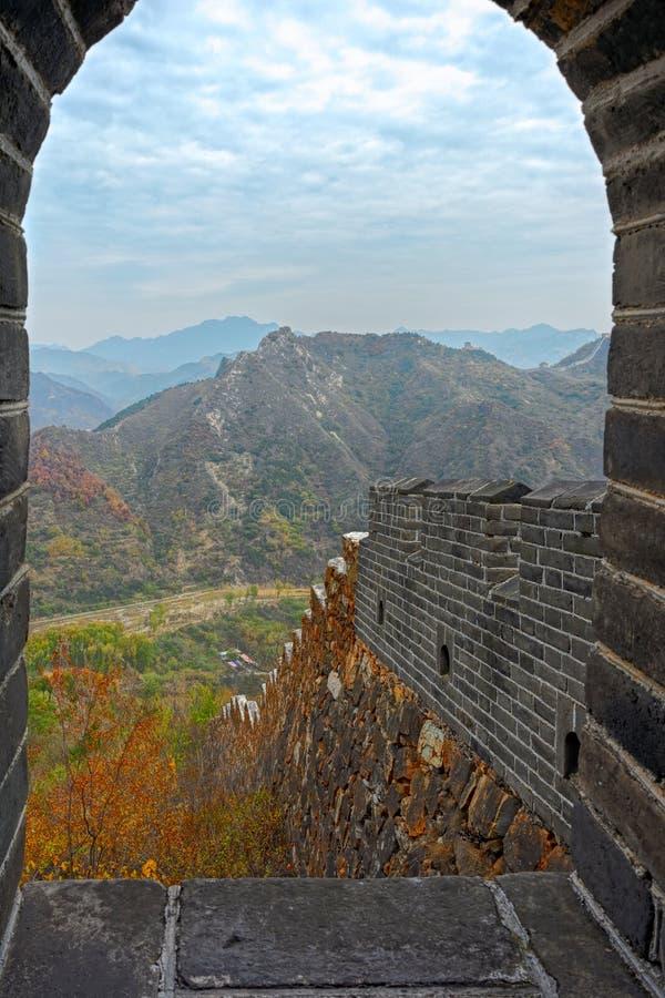 Mening door Overspannen Venster bij Grote Muur van China royalty-vrije stock foto's