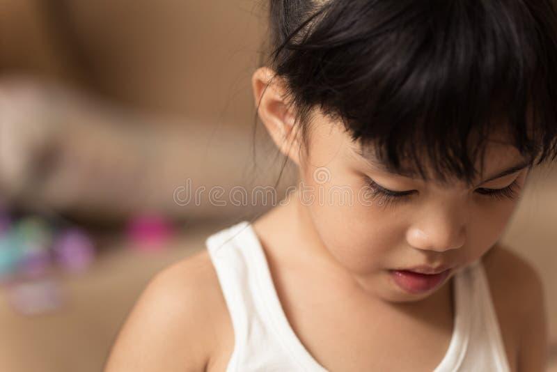 Mening för ståendeasia barn är ledsen royaltyfri fotografi