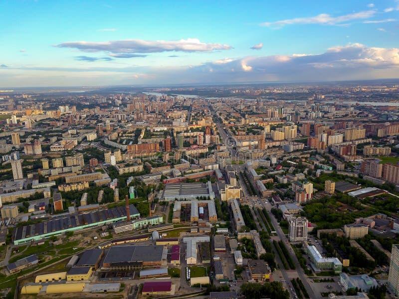 Mening hierboven over een megalopolis op de rivier met rijen van straten, FA stock afbeeldingen