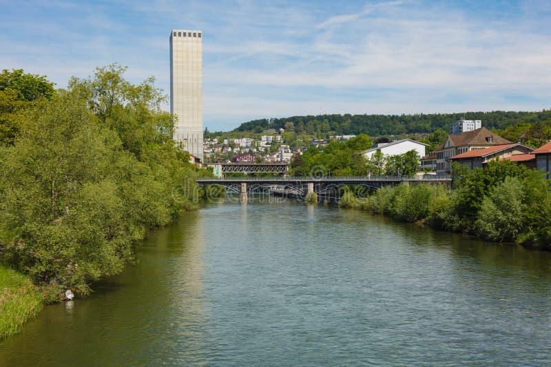 Mening langs de Limmat-rivier in de stad van Z?rich, Zwitserland stock foto's
