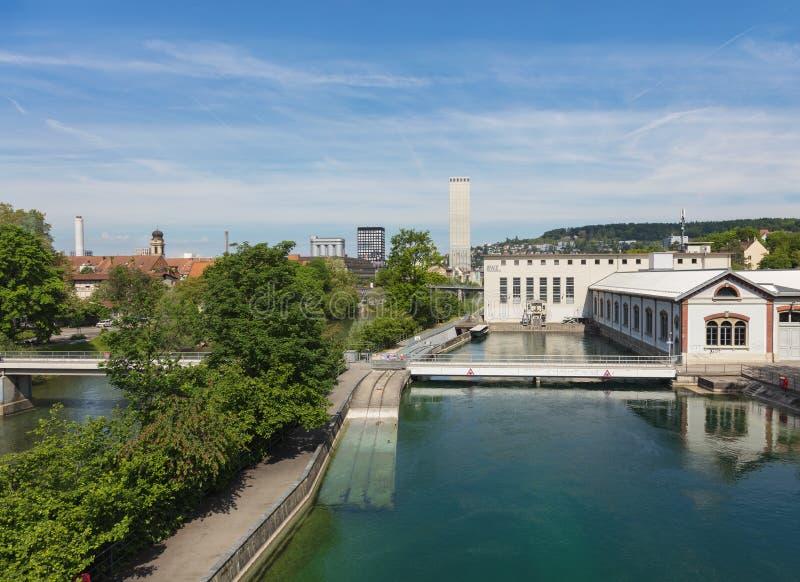 Mening langs de Limmat-rivier in de stad van Z?rich, Zwitserland royalty-vrije stock foto