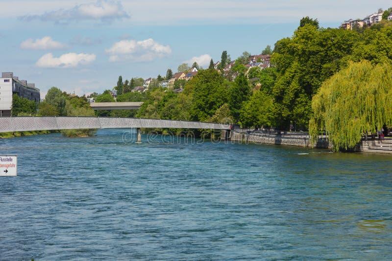Mening langs de Limmat-rivier in de stad van Z?rich, Zwitserland stock afbeelding