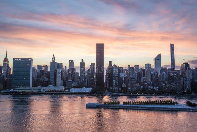 Mening in Manhattan van Long Island-Stad tijdens zonsondergang, de Stad van New York, de V.S. stock afbeeldingen