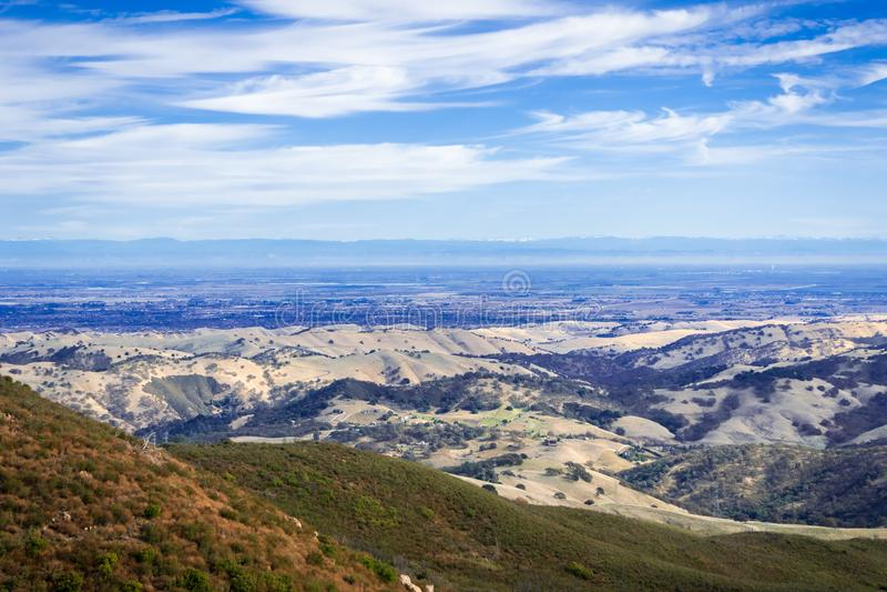 Mening naar de vallei die Stockton omringen; Siërra bergen op de achtergrond royalty-vrije stock foto