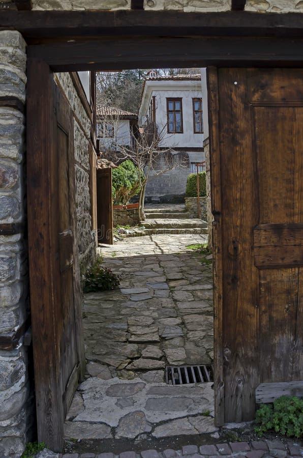 Mening naar hoofdingang in werf van antiek huis, woondistrict Varosha royalty-vrije stock foto