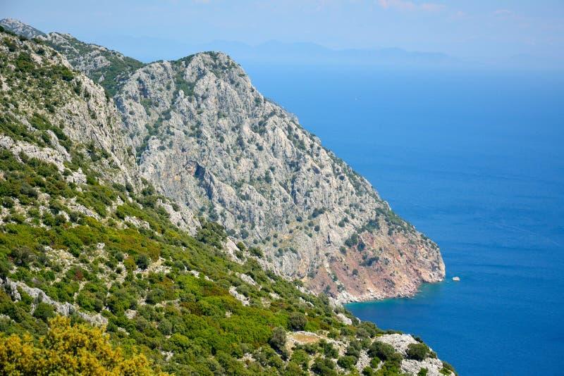 Mening naar klippen die Ameliya-strand op Bozburun-schiereilandne verbergen stock afbeelding