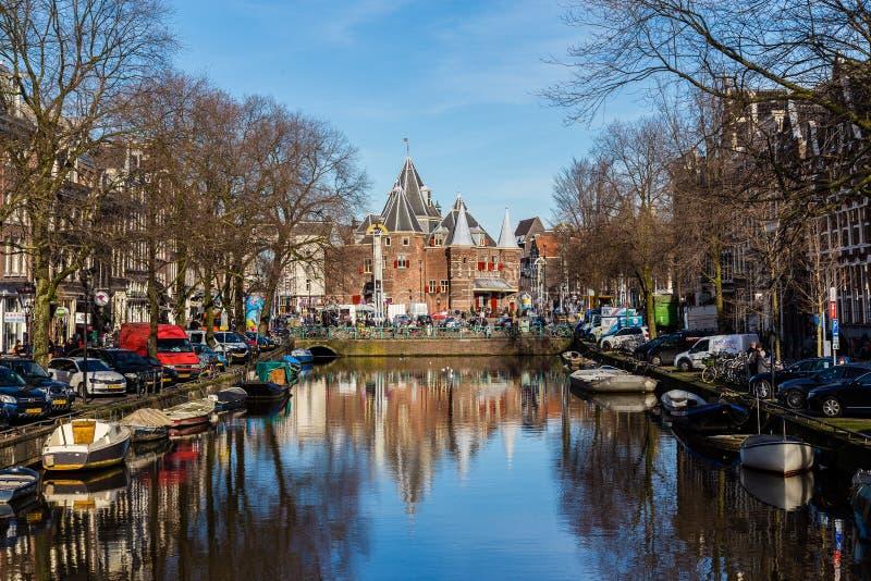 Mening naar Waag ( ' weeg house' ) in Amsterdam stock foto's