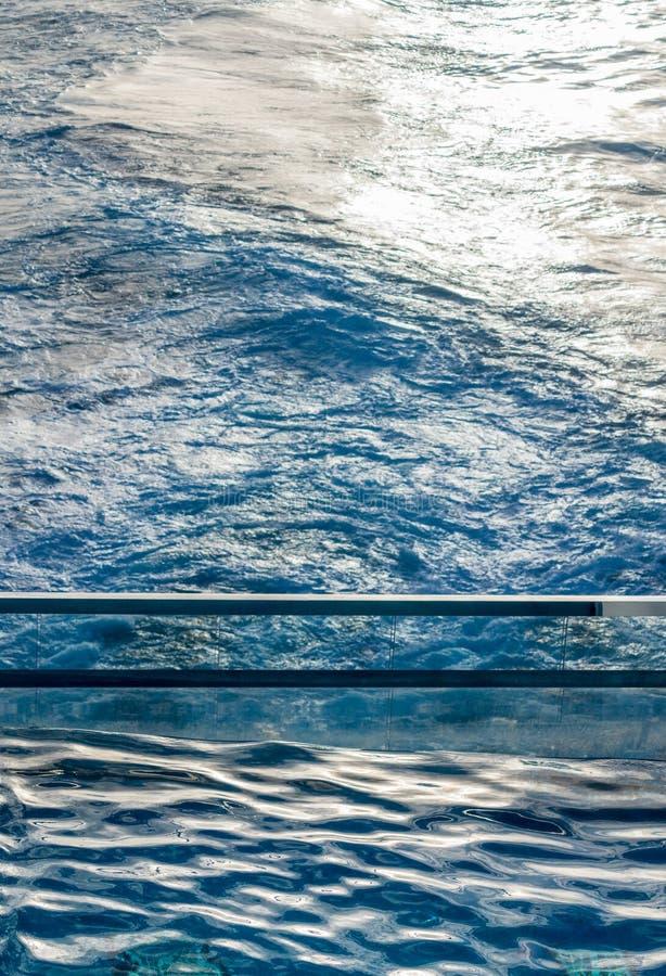 Mening neer bij achterin cruiseschip met het roeren van oceaan stock foto
