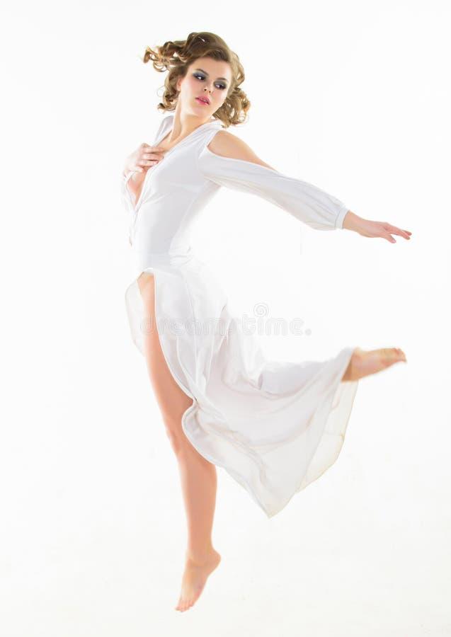 Mening nytt och tyngdlöst Attraktiv tappningmodell för flicka på vit bakgrund Frisyr för elegant dam för kvinna retro fotografering för bildbyråer